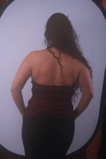 Foto Carousel Producto: Blusa escotada de blonda negra con seda roja GoTrendier