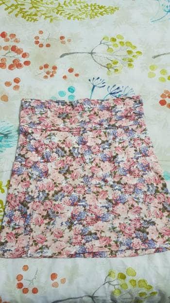 Foto Carousel Producto: Falda corta rosada de flores GoTrendier