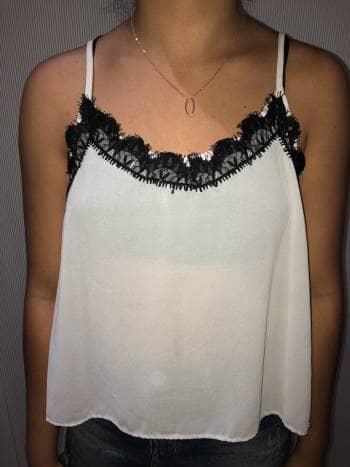 Foto Carousel Producto: Blusa blanca con encaje negro GoTrendier