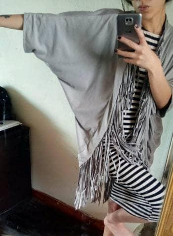 Foto Carousel Producto: Hermoso abrigo gris con diseño tribal y flecos GoTrendier
