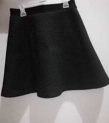 Foto Carousel Producto: Falda negra marca Puella diseño textura GoTrendier