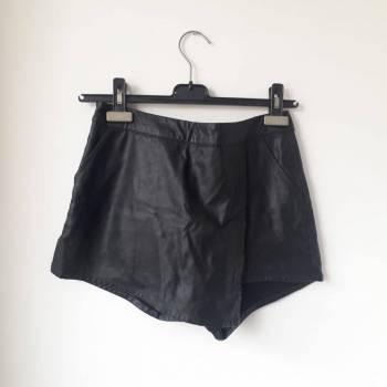 Foto Carousel Producto: Falda short de cuero sintético  GoTrendier