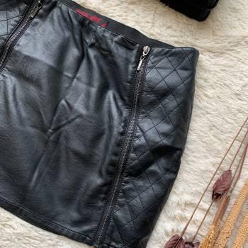 Foto Carousel Producto: MIS002 Falda corta negra sintética con c GoTrendier