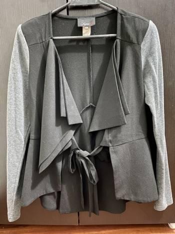 Foto Carousel Producto: Blazer negro con mangas gris GoTrendier