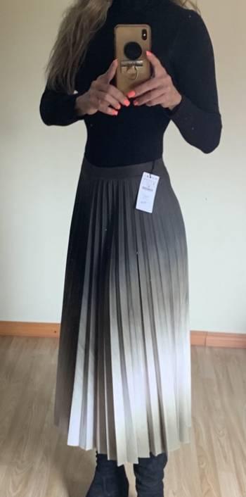 Foto Carousel Producto: Falda plisada, marca STRADIVARIUS !  GoTrendier