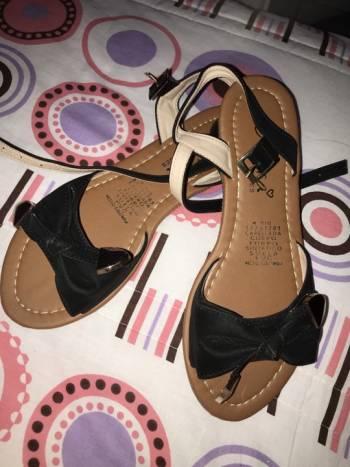 Foto Carousel Producto: Sandalias negras con detalle dorado GoTrendier